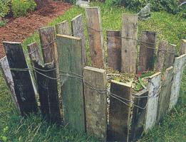 Компостный контейнер легко изготовить и самому. Для этого понадобятся всего несколько деревянных досок и проволока дял их скрепления