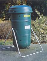 Специальные контейнеры дял приготовления компоста можно приобрести в садовых центрах, выбрав удобную форму и размер